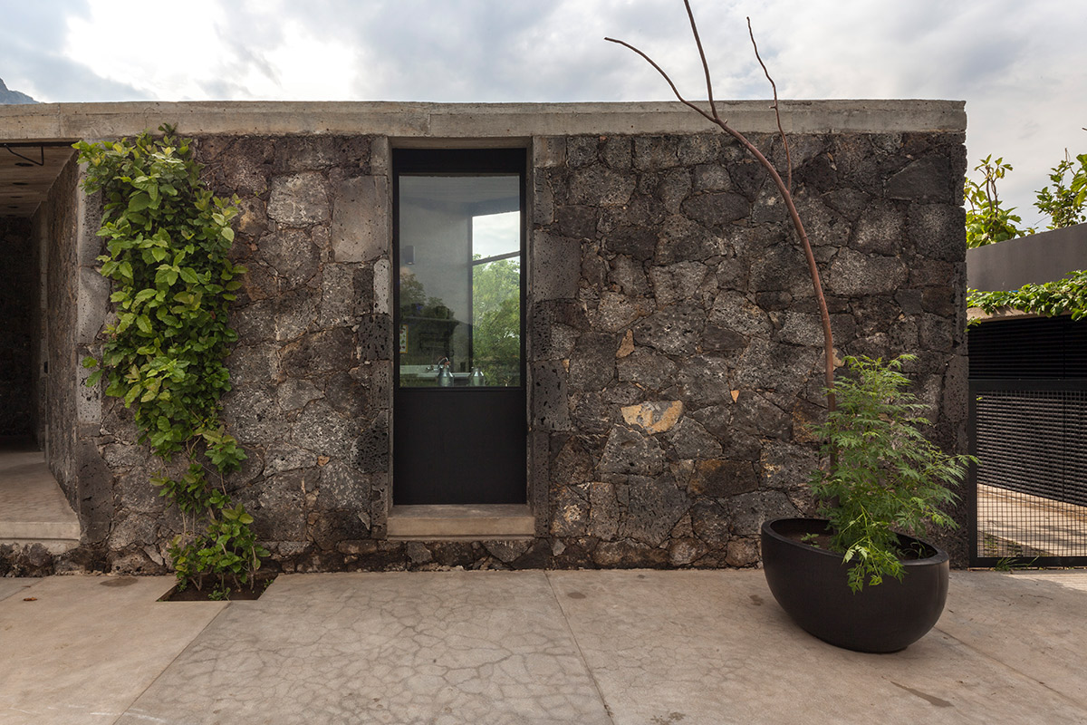 Stone and clouds: a house in Mexico and a pavilion set amidst greenery designed by Cadaval & Solà-Morales