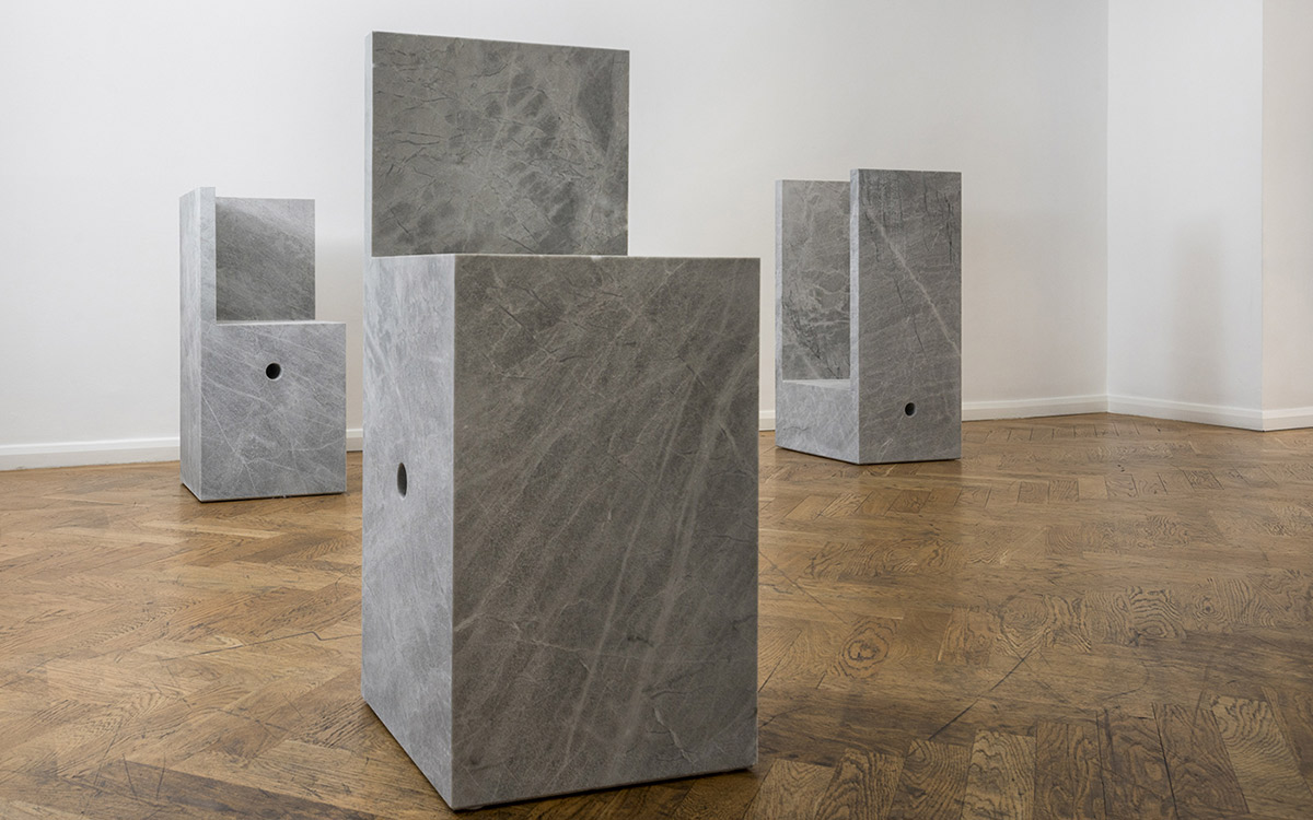 Volumi d'autore: Konstantin Grcic disegna una collezione di astratti oggetti di pietra